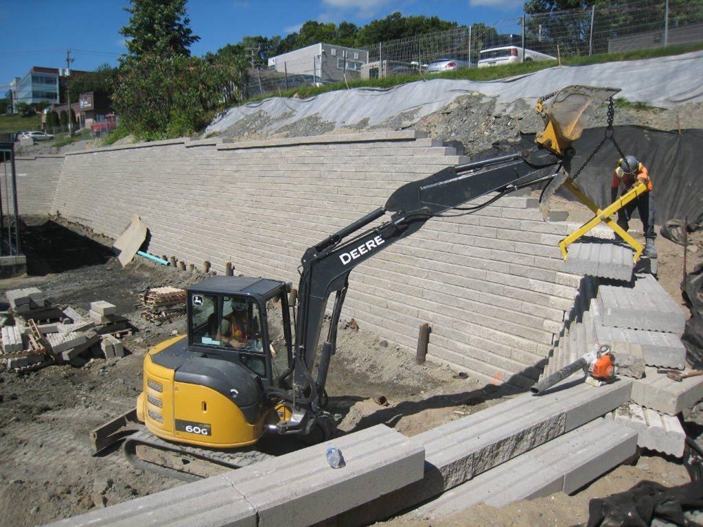 Projet commercial pour Shell et IGA de construction de mur de soutènement homologué à Sherbrooke. Le mur est d'une hauteur de 5 mètres construit avec de l'Uniramblai Grande de Permacon.