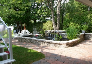 Muret de pierre autour d'un jardin d'eau