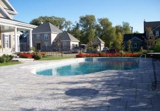 Contour de piscine creusée mis en place avec des blocs Permacon