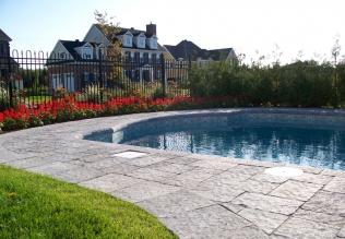 Contour de piscine creusé fabriqué avec des blocs Permacon