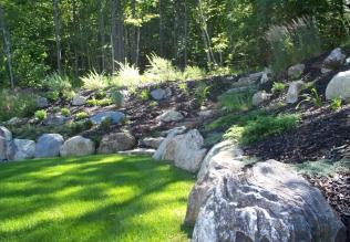 Terrassement stylisé à l'aide de pierre et de végétation