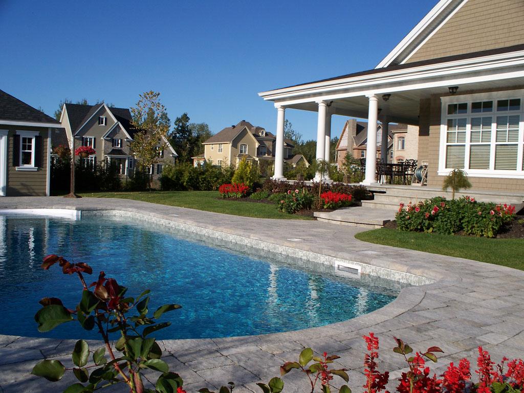 Contour de piscine fabriqué avec des blocs Permacon