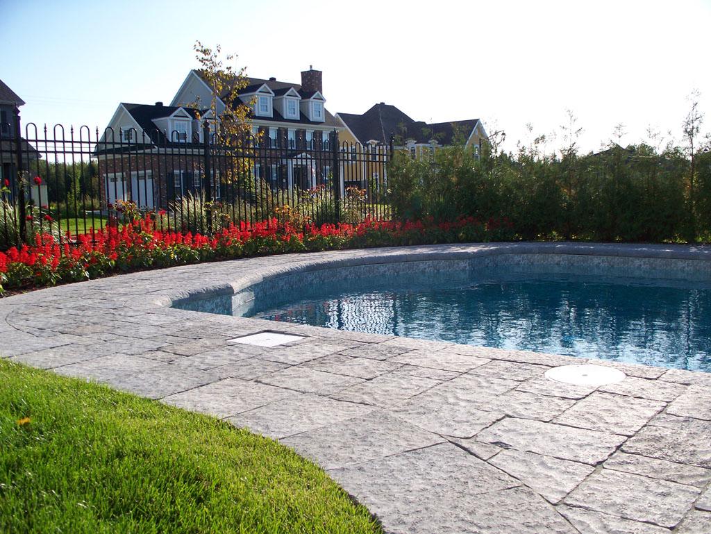 Contour de piscine creusée fabriqué avec des blocs Permacon