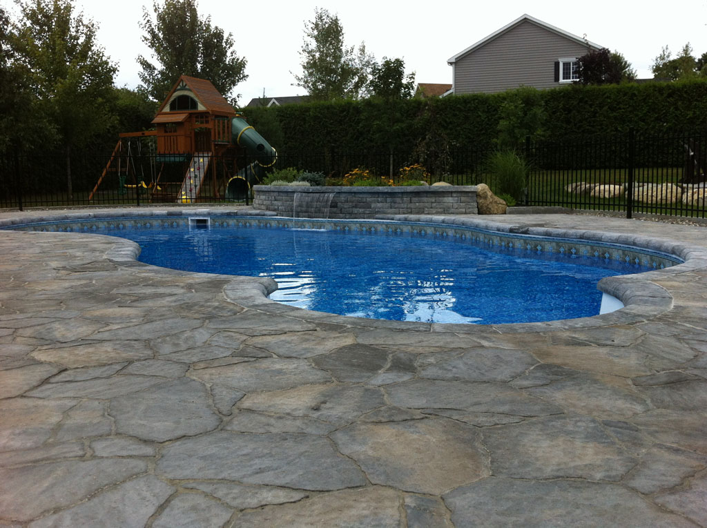 Contour de piscine à base de blocs Permacon