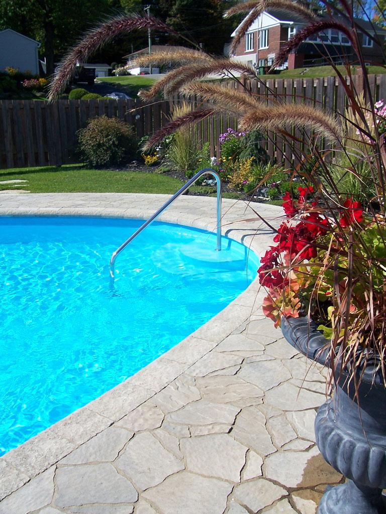 Contour de piscine creusée décoré avec l'aide de blocs Permacon