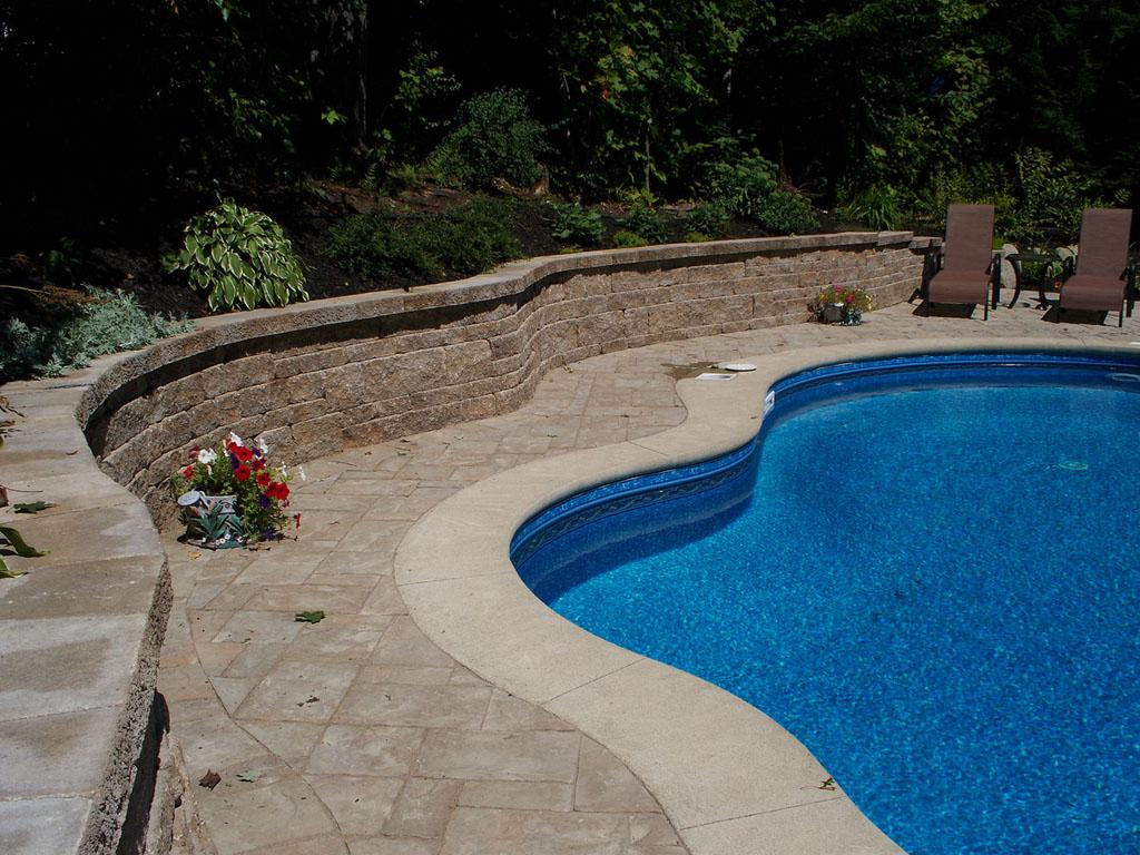 Contour de piscine réalisé par Pavé Design avec l'aide de blocs Permacon