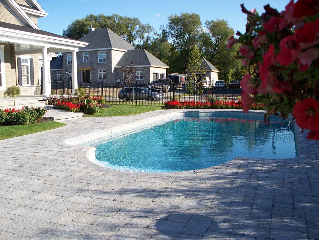Contour de piscine stylisé avec des blocs Permacon