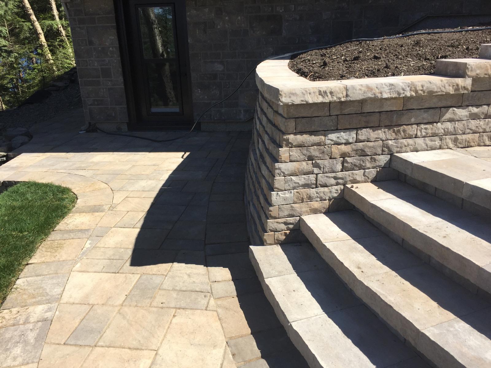 Muret de pierres et escaliers