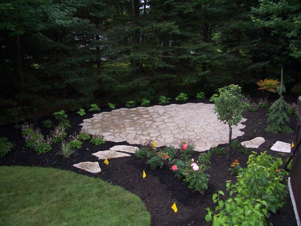 Petit pavé stylisé avec l'aide de produits Permacon et complémenté d'un petit jardin