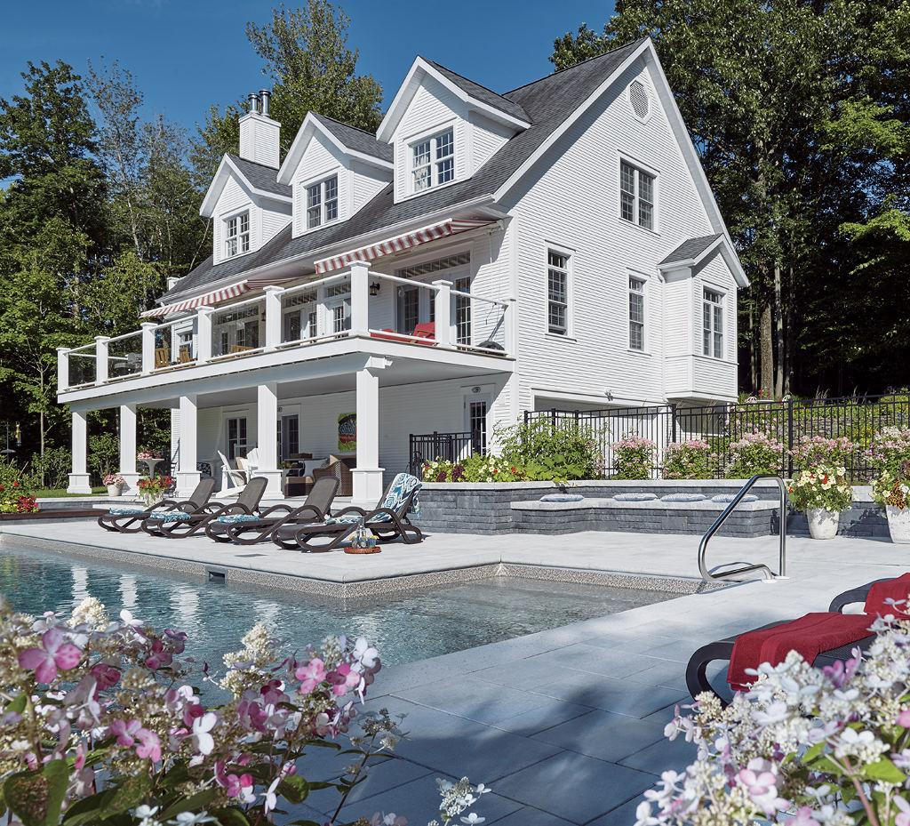 Magnifique vue : pavé, muret, piscine et maison